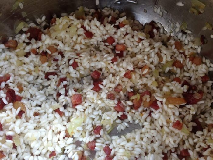 ryz i skladniki na risotto w garnku