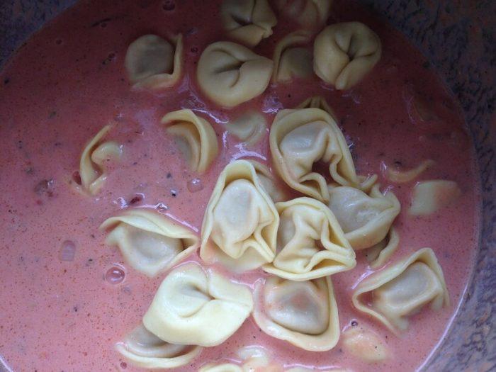 surowe tortellini w garnku instantpota