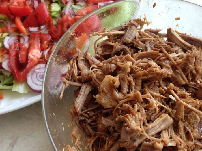 wieprzowina szarpana wymieszana z sosem barbeque