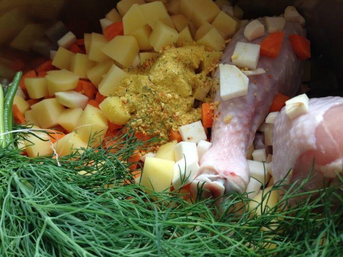 wszystkie składniki na zupę koperkowa w garnku instantpota