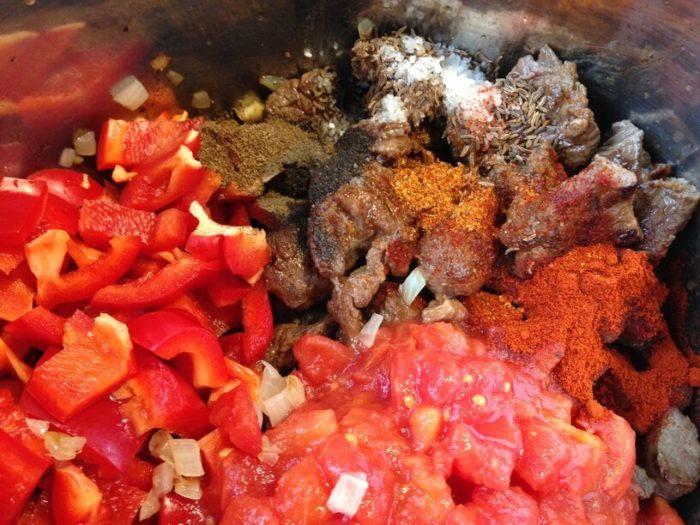 surowe składniki przed gotowaniem bograczu w granku instantpot