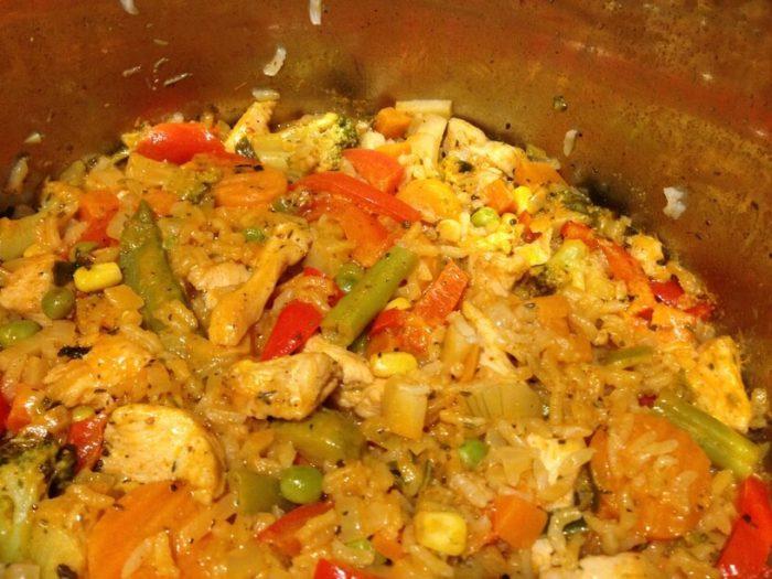 ugotowany ryż z warzywami przed podaniem na talerz - instant pot club