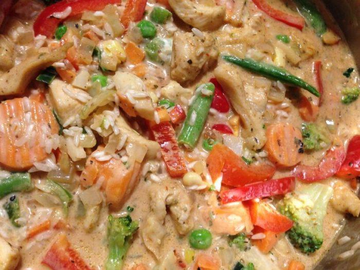 wymieszane składniki na ryż z warzywami w garnku instantpot