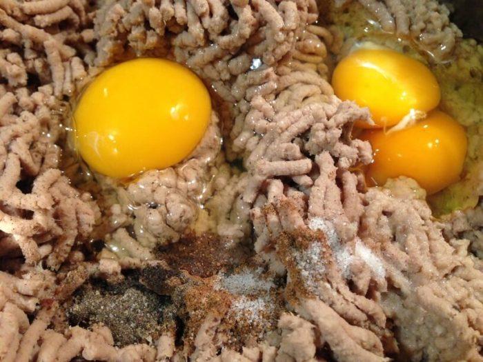zmielony pasztet z jajkami i przyprawami