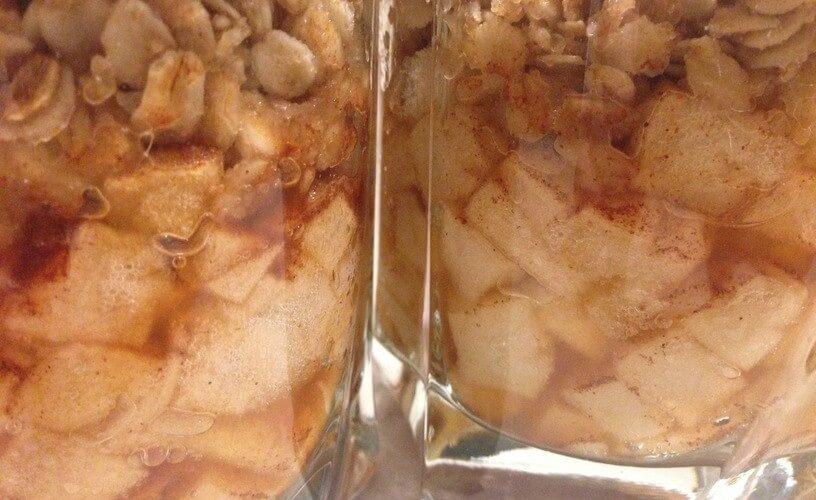 gotowy deser w szklankach z jabłkami