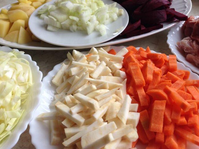 posiekane składniki na barszcz ukraiński w instantpocie