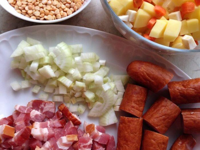 posiekane składniki na zupę grochową