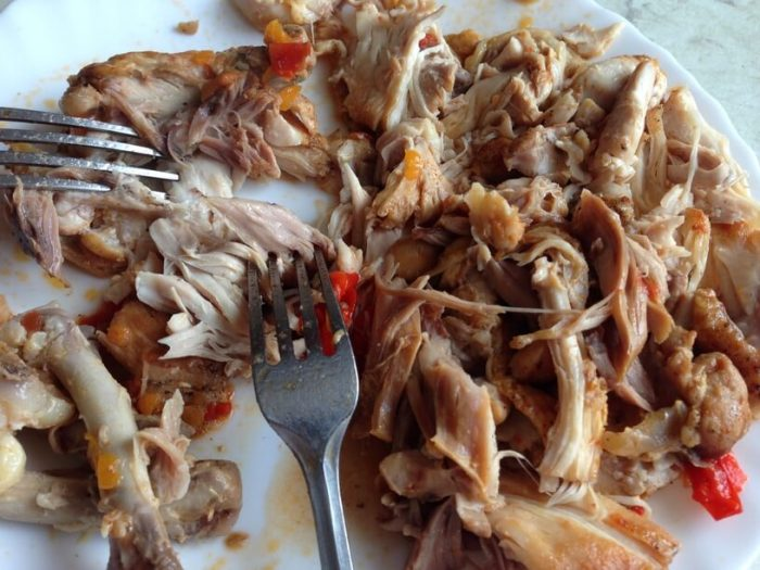 rozdrobniony kurczak na potrawkę z kurczaka w instantpocie