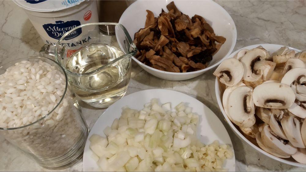 posiekane składniki na risotto grzybowe