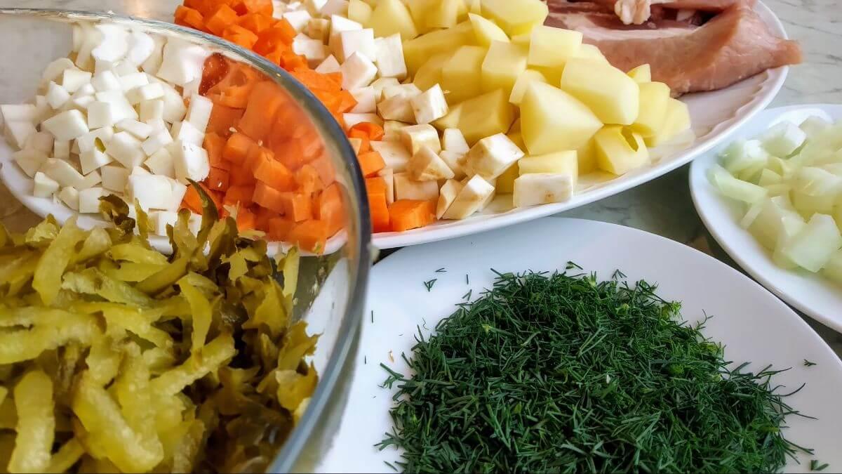 posiekane składniki na zupę ogórkową w instant pot