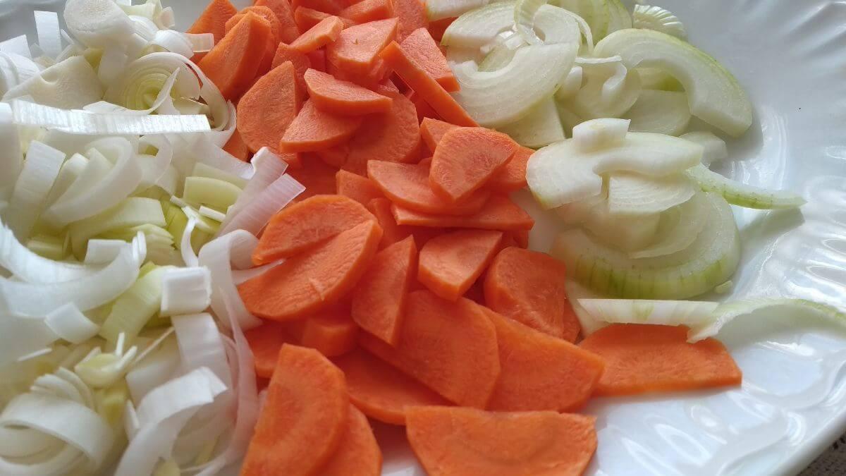 posiekane warzywa na talerzu - instant pot club