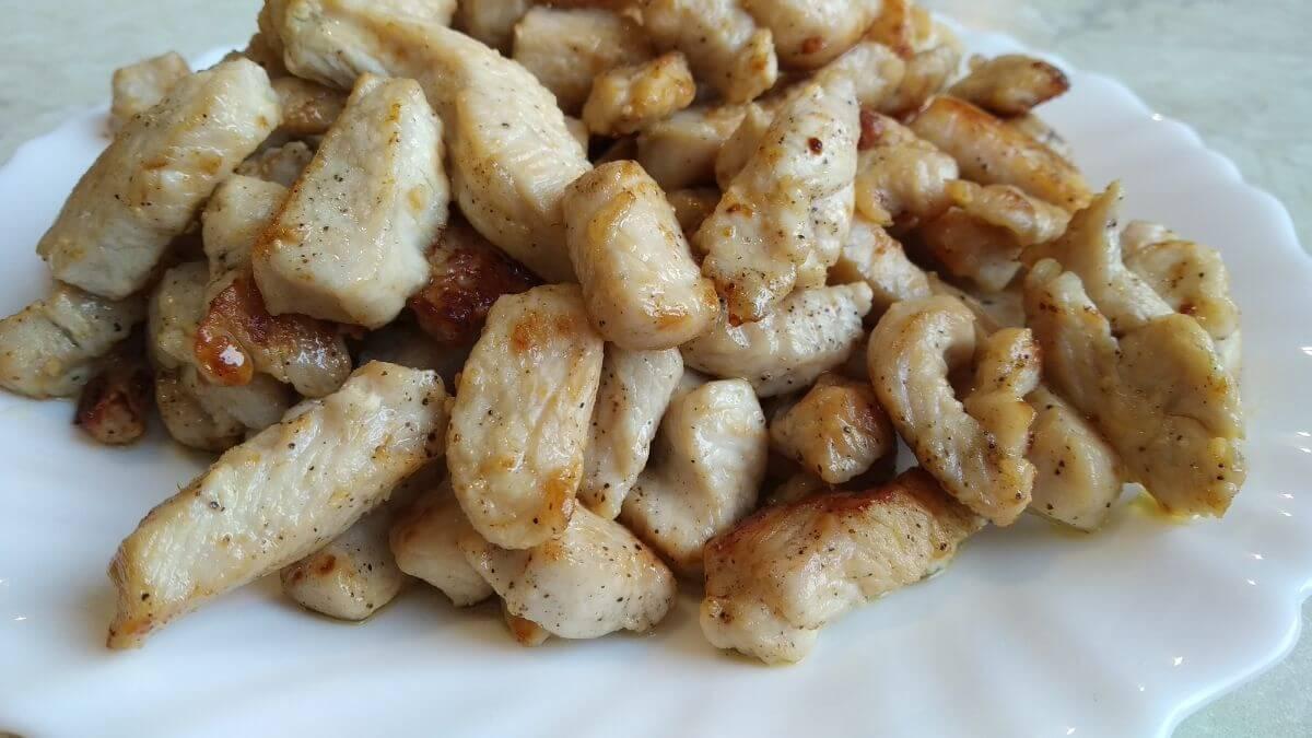 podsmażone mięso z indyka na risotto