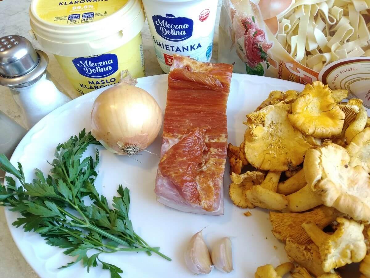 składniki na makaron z kurkami