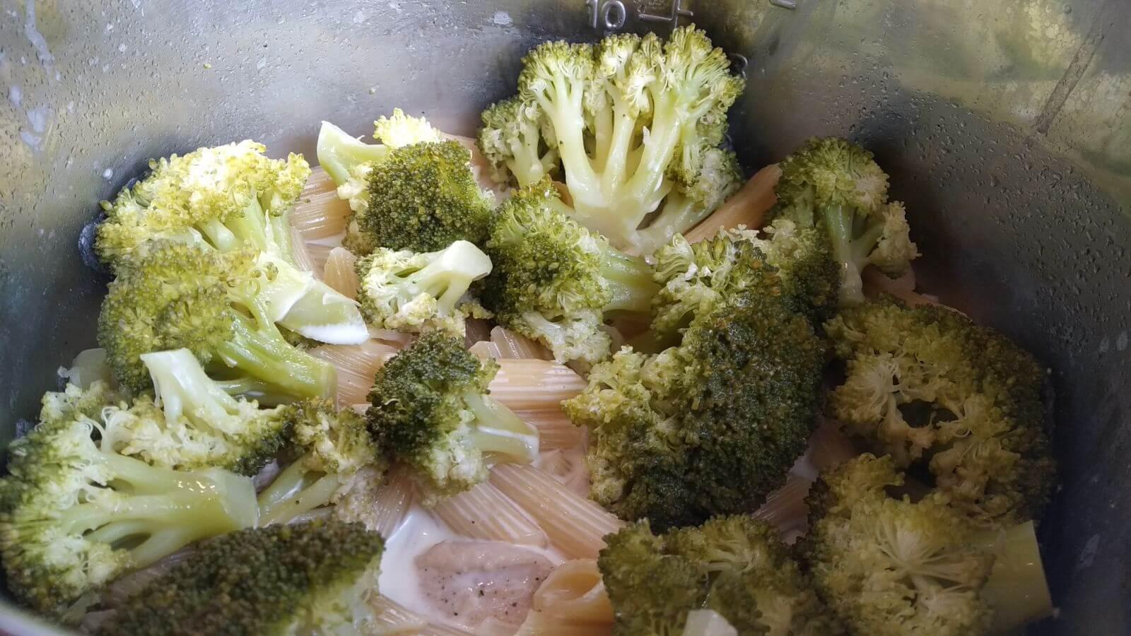gotowy makaron z sosem brokułowo serowym w garnku instant pot